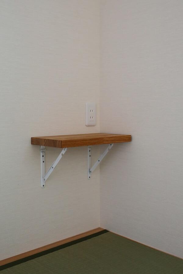 折り畳み式の棚を枕元に設けています