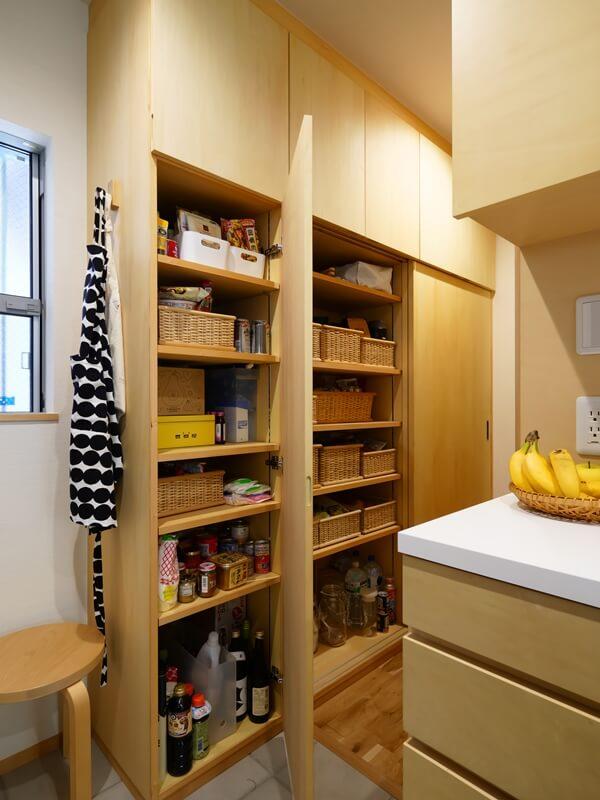 キッチン横のパントリーは収納たっぷり