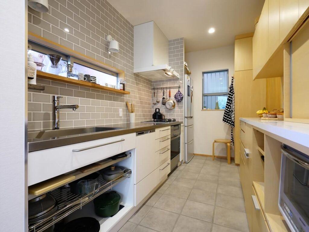 白の面材、白のレンジフード、白の照明のキッチン