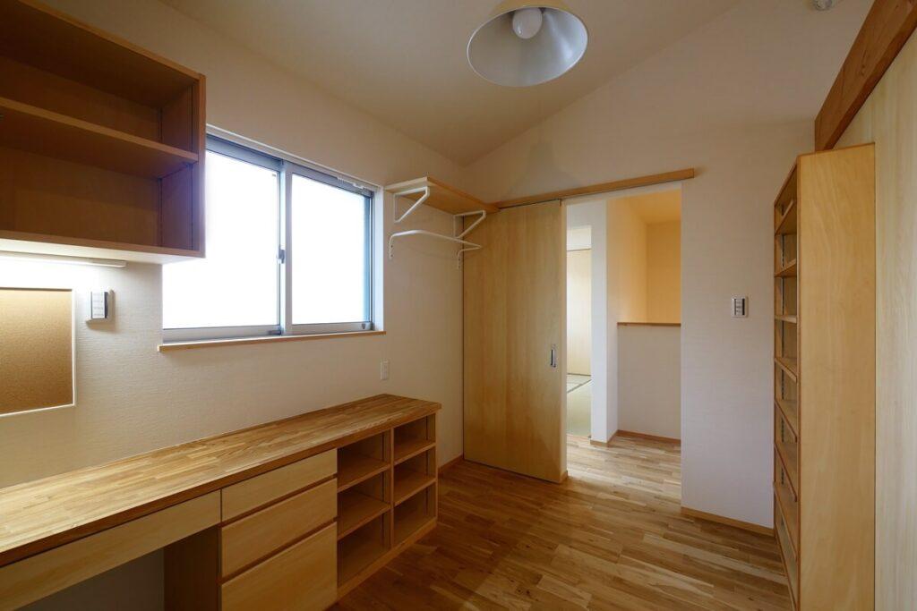 子ども部屋ドア横にはIKEAの壁付衣類ハンガーと棚を設けています