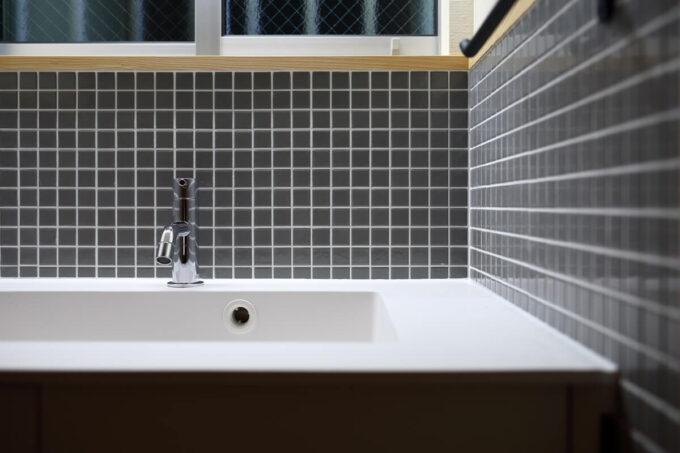 グレーのモザイクタイルとシンプルなホワイトボウルの手洗い