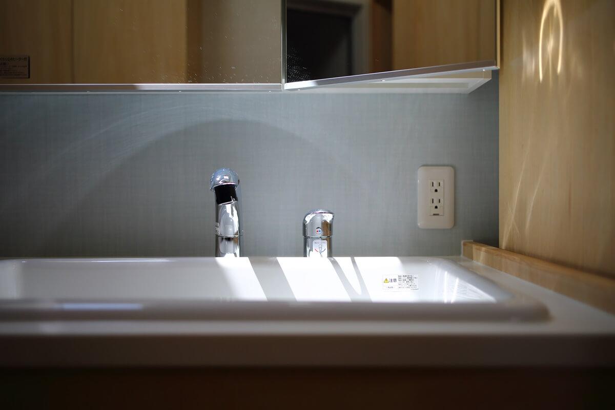 ブルーのクロスを貼った洗面所