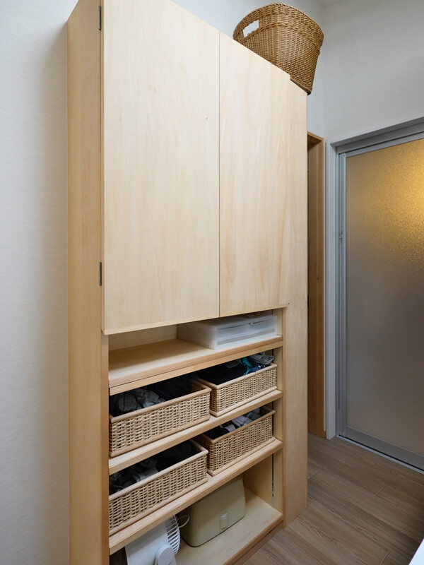 洗面台の背面には部屋着やタオルストック品の収納を