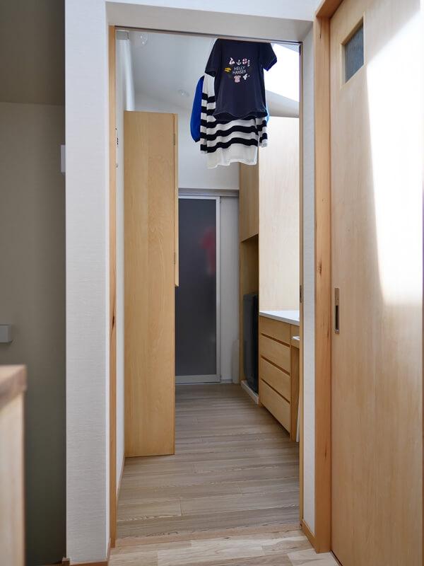 高天井なので室内干しの洗濯物もあまりじゃまにならない