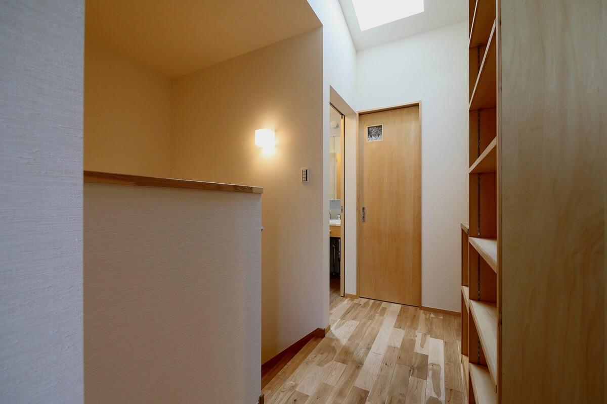 2階廊下・階段と天窓
