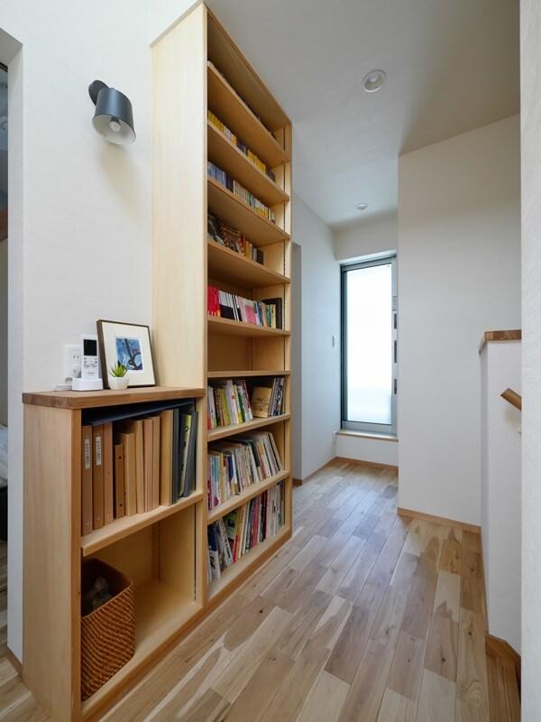 少し幅を持たせた廊下に設けた共有本棚