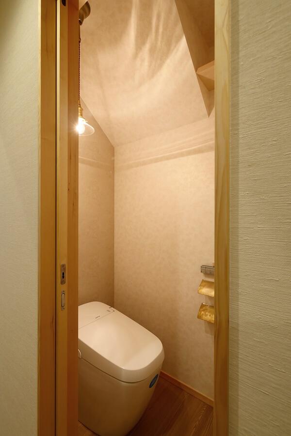 1階はアンティークゴールドテイストのトイレ