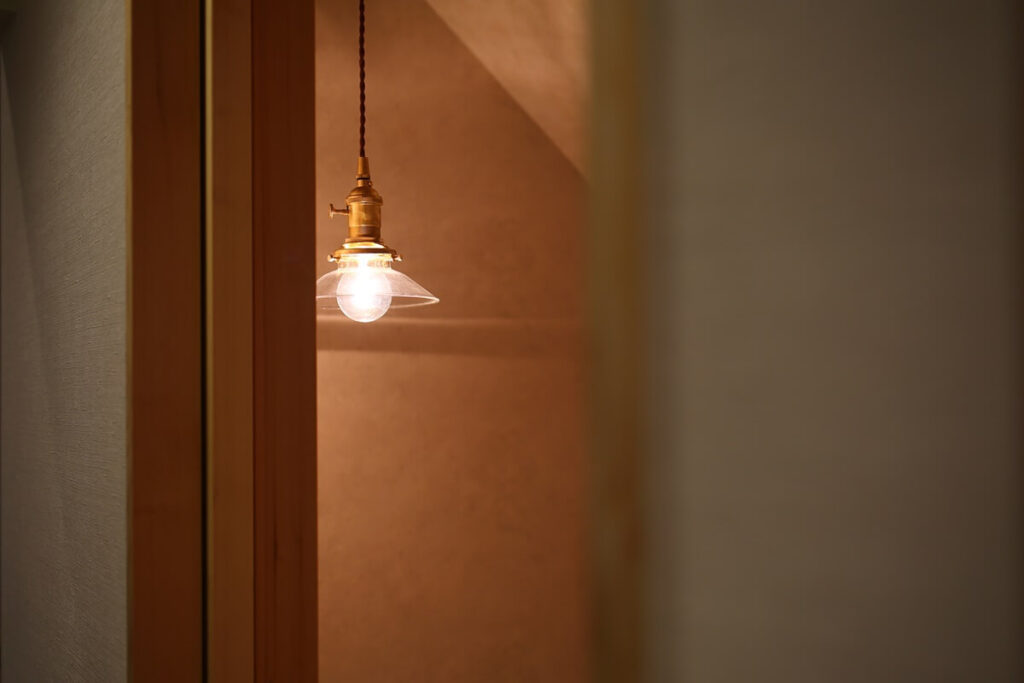 アンティークゴールドとガラスの照明
