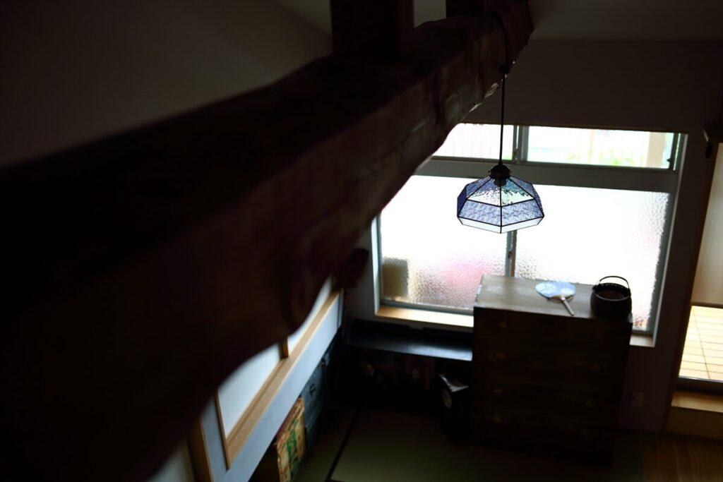 リノベーション前の天井を撤去し、勾配屋根で古い梁を露出させました