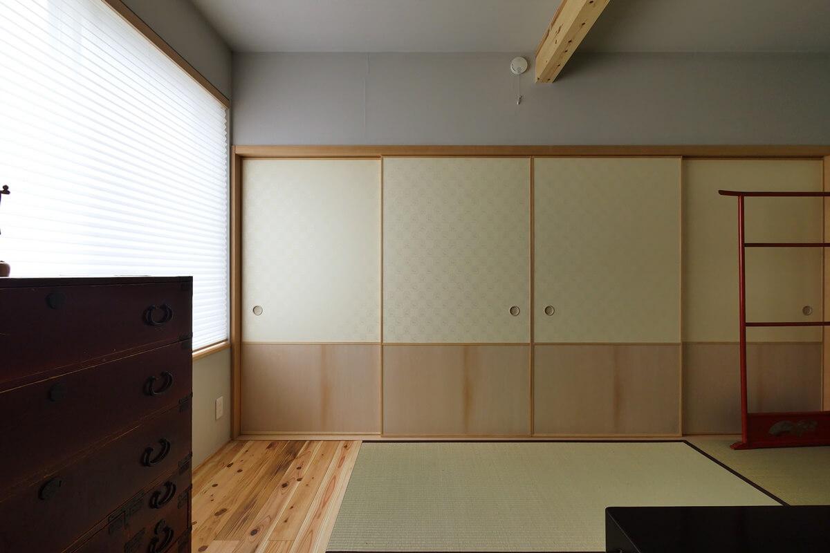 玄関横の廊下に面した和室