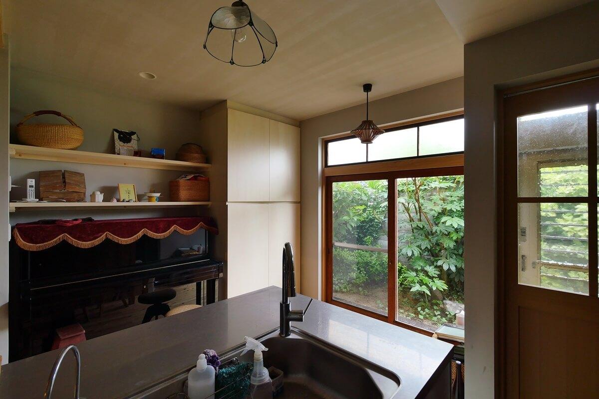 庭が見えるキッチン