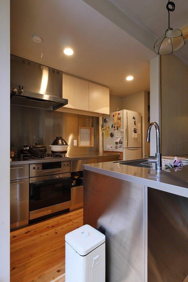 古さや自然素材と共存してステンレスが引き立つキッチン