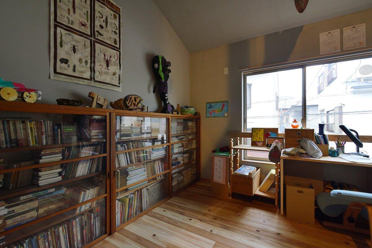 古い造り付け本棚を利用した男の子部屋
