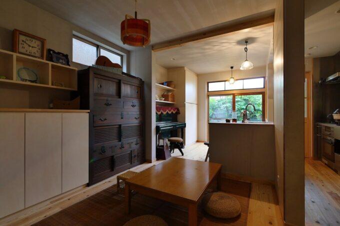 食事は座卓で。キッチンのアイランドカウンターで軽い食事も可能。