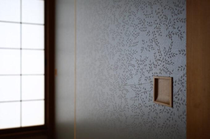 押入襖にはルノンの新鳥の子襖紙「凛」シリーズの「花【Hana】」を使用