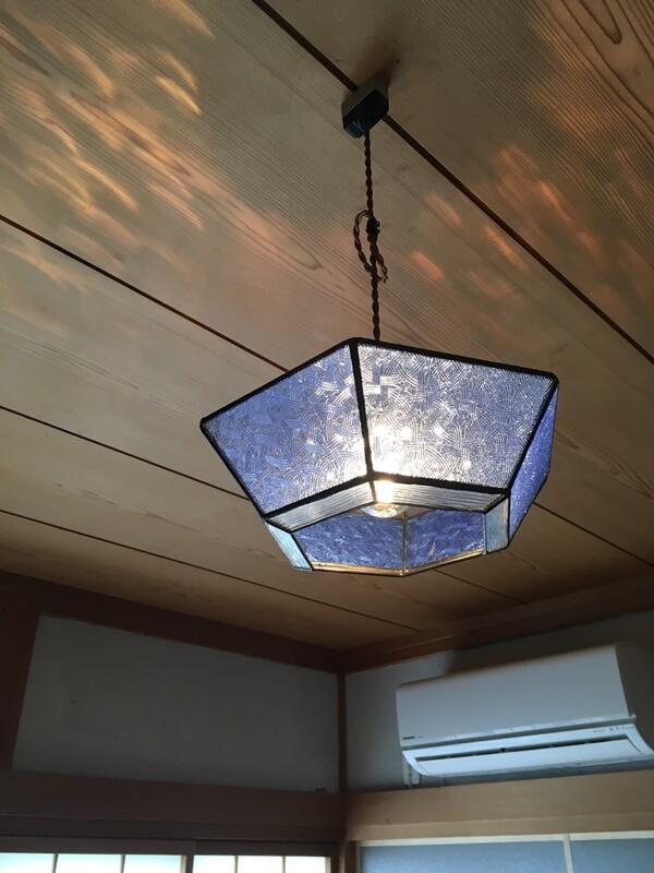 オリジナルのステンドグラス照明を使用