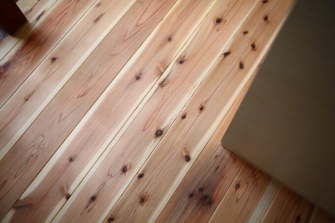 杉板の床は温かいそうです