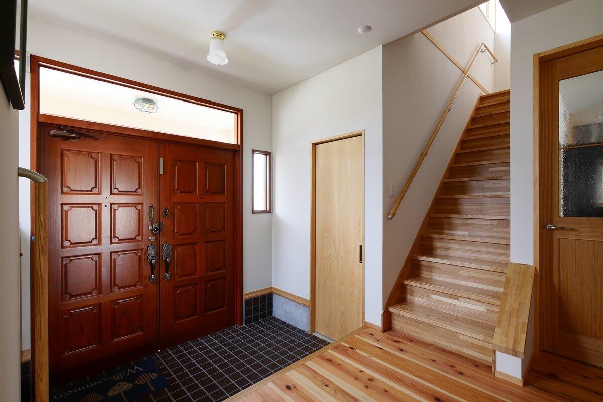 玄関横にシューズクローゼットを設けました。シューズクローゼット内にはコートハンガー、手洗いがあります。