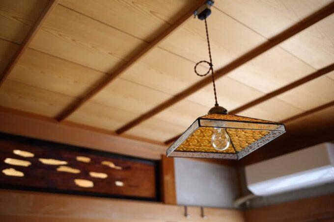 玄関に近い和室の照明と欄間