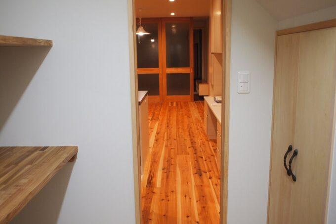 パントリーから見たLDK。左はオーブン・炊飯器用の棚、右は階段下収納。