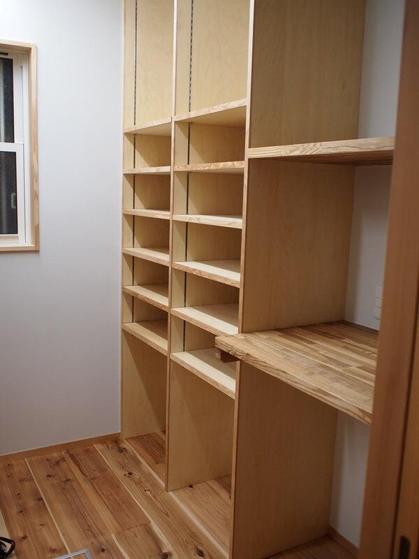 パントリー内の可動棚収納。この固定棚にガス炊飯器とガスオーブンを置けます。