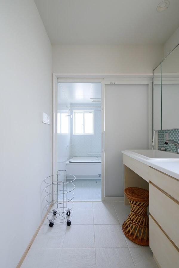 風通りが良い、清潔感のある浴室と洗面所