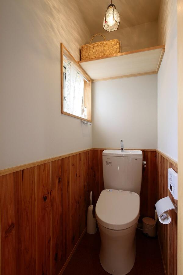 杉の腰板を貼り、壁は漆喰、床はコルクの2階トイレです