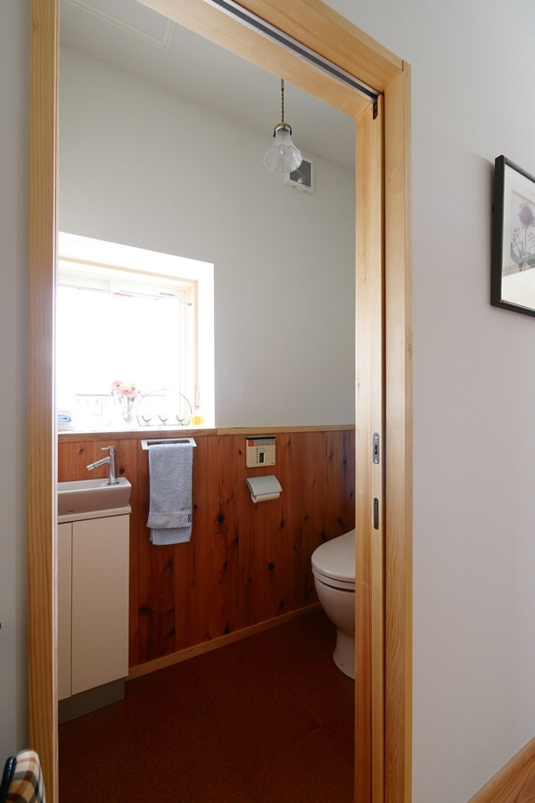1階のトイレはリノベーション前の機器を活かしています
