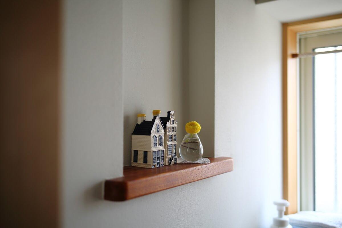 漆喰の壁で清潔感のあるトイレ