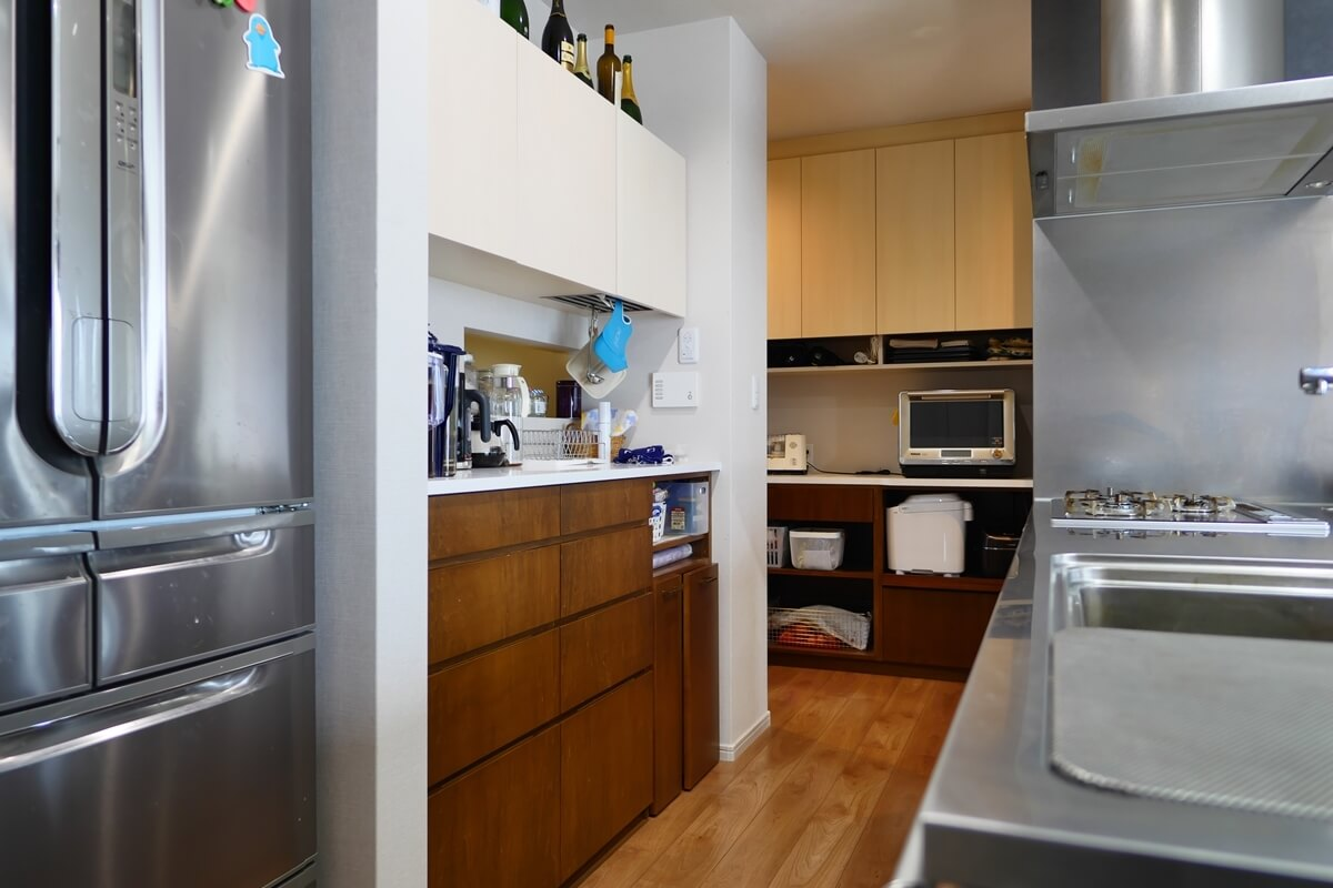 他のLDK家具とデザイン統一したキッチン背面収納