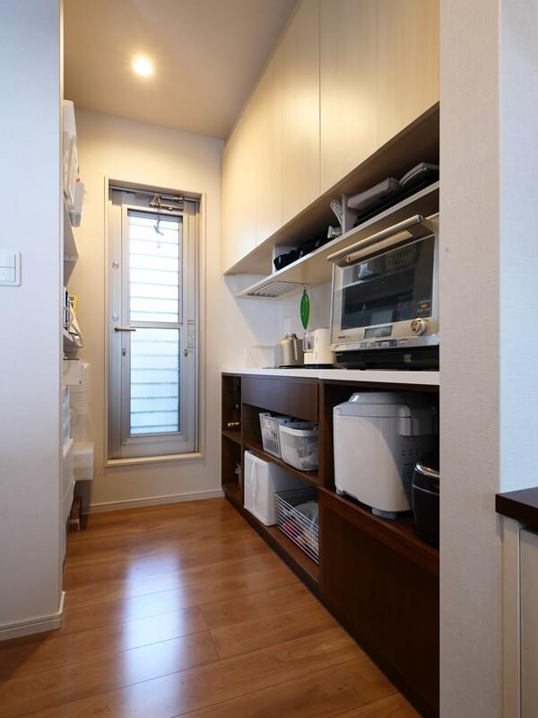 キッチン奥にあるパントリー収納家具