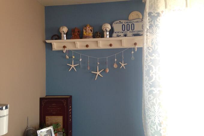 ブルーとサンドベージュ色の壁