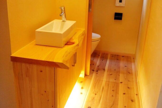 玄関とトイレの間に設けた手洗い