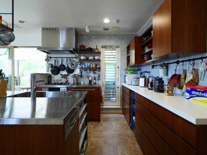 食洗機をあけるとすぐ横の引出しに食器を収納できる
