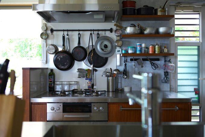 壁向きのコンロと作業台