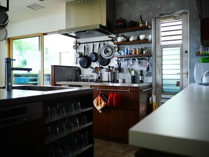 壁に向いたキッチンコンロ