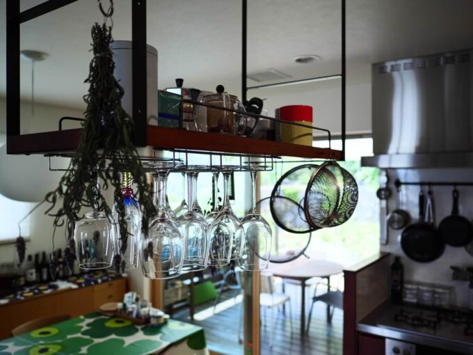 ワイングラスだけでなくザルなども吊棚に引掛けられます