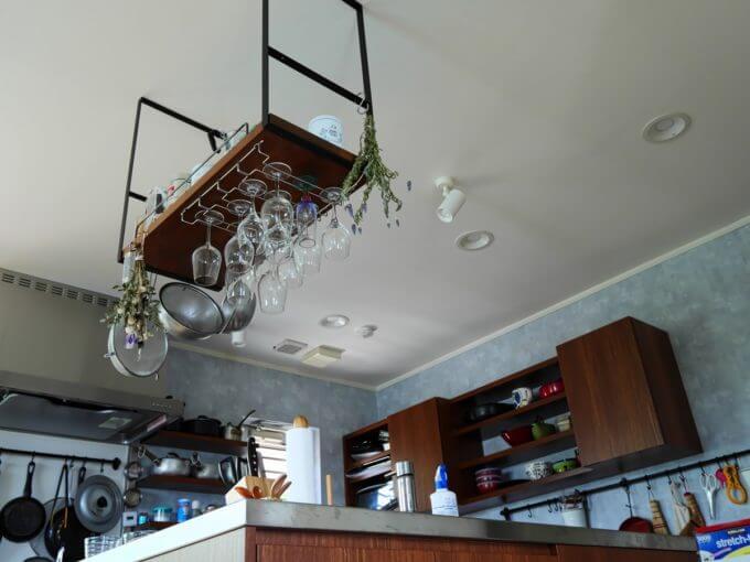 吊棚がキッチンとダイニングのゾーンを分ける役割も果たしています