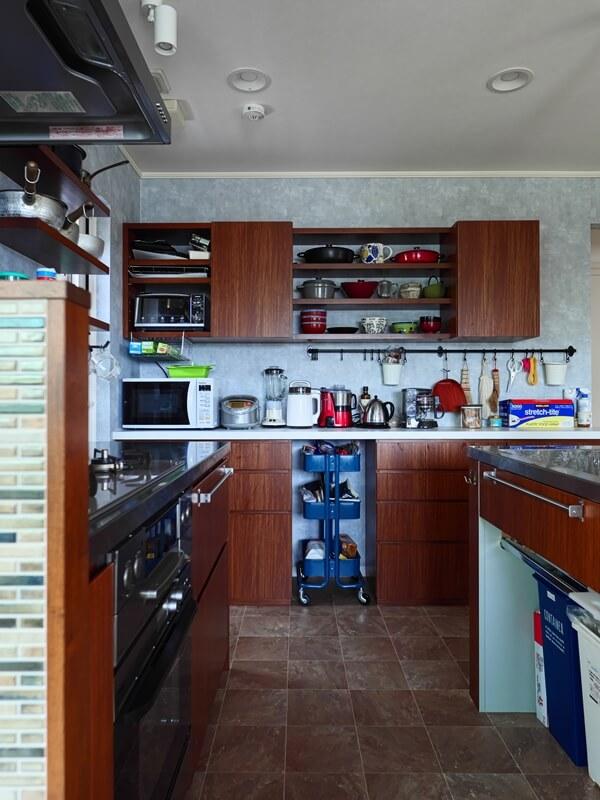 キッチン背面収納の下部にIKEAのワゴンを収納
