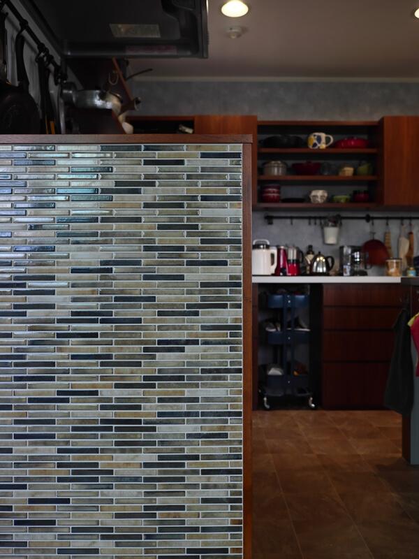 腰壁のモザイクタイルとキッチン背面収納
