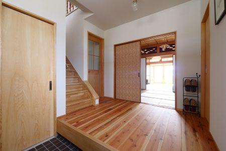 玄関正面は和室で襖の玄関側はリリカラウィリアムモリス復刻柄のクロスを貼っています。
