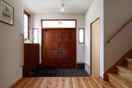 リノベーション前の玄関扉を活かしています。