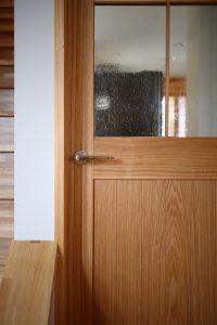 玄関からリビングダイニングキッチンに入る扉に装飾ガラスを使用しました。