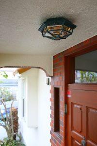 重厚感のある玄関扉に雰囲気を合わせた玄関照明