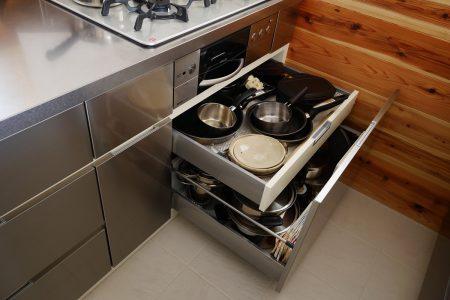 内引出も軽く、たっぷりお鍋が入るキッチン下部収納