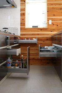 キッチンカウンター下部の引き出しは奥行もありたっぷり収納できます