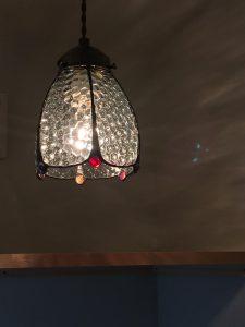 2階トイレに設けたオリジナルのステンドグラス照明